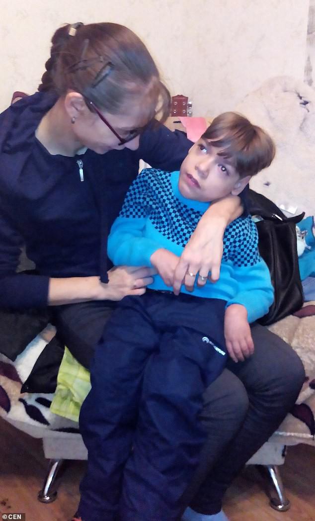 Bi kịch gia đình neo đơn: Không mua nổi xe lăn cho con trai tật nguyền, mẹ đơn thân ôm con nhảy lầu tự sát - Ảnh 3.