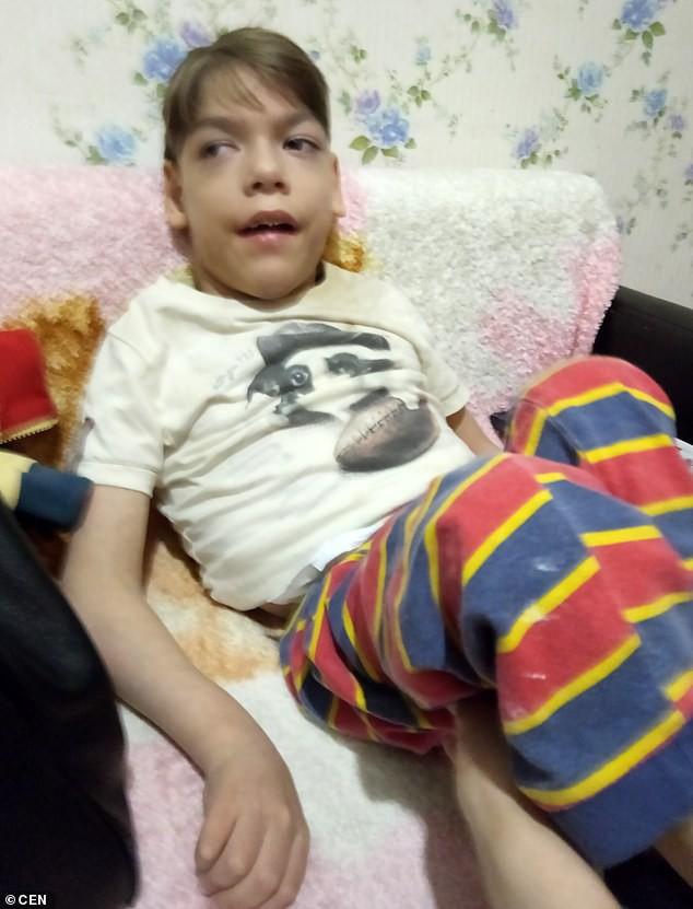 Bi kịch gia đình neo đơn: Không mua nổi xe lăn cho con trai tật nguyền, mẹ đơn thân ôm con nhảy lầu tự sát - Ảnh 2.