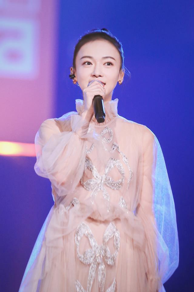 """Quan trọng là thần thái: Diện váy đắt gấp 7 lần Tần Lam, Ngô Cẩn Ngôn vẫn không có """"cửa"""" nổi hơn? - Ảnh 6."""