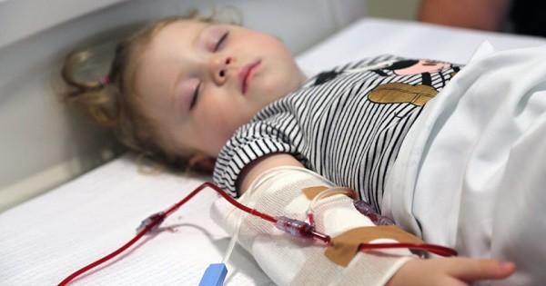 Sau khi truyền máu, bố mẹ đau đớn nhìn chân con bị hủy hoại vì sai lầm từ bác sĩ, phản ứng của họ khiến gia đình thêm phẫn nộ - Ảnh 4.