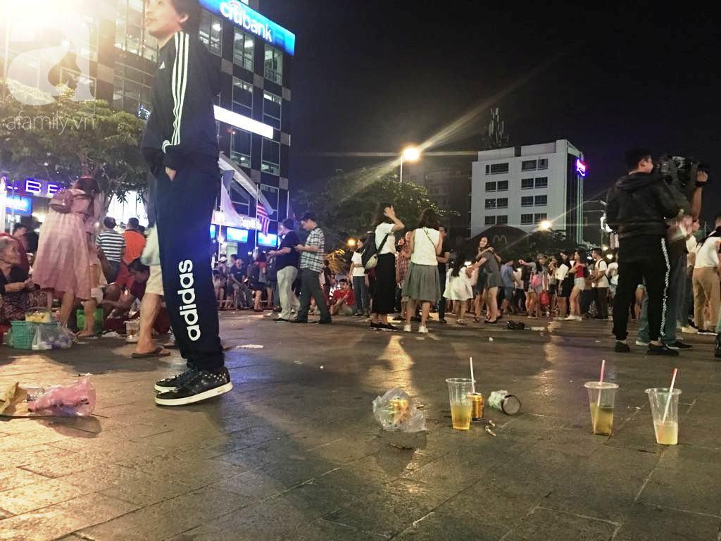 Phố đi bộ Nguyễn Huệ lại tràn ngập rác, thức ăn sau chiến thắng ấn tượng của đội tuyển Việt Nam - Ảnh 5.
