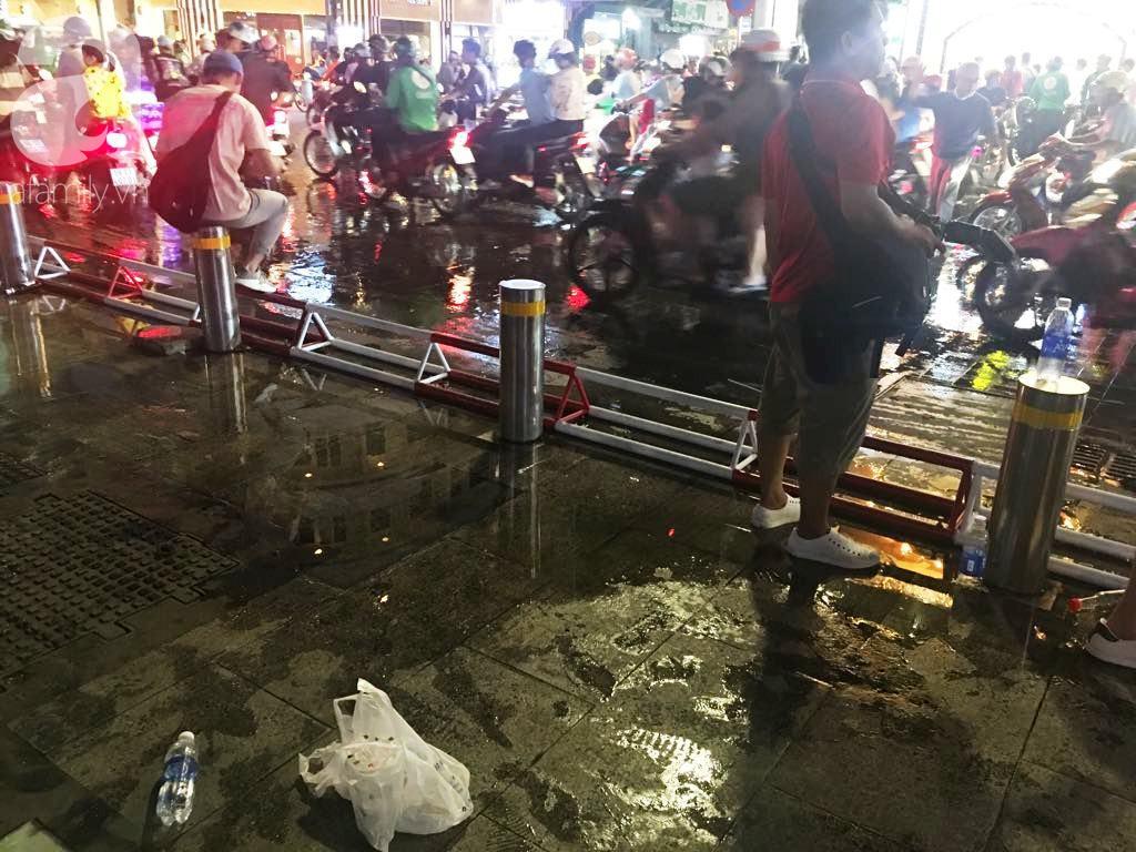 Phố đi bộ Nguyễn Huệ lại tràn ngập rác, thức ăn sau chiến thắng ấn tượng của đội tuyển Việt Nam - Ảnh 9.