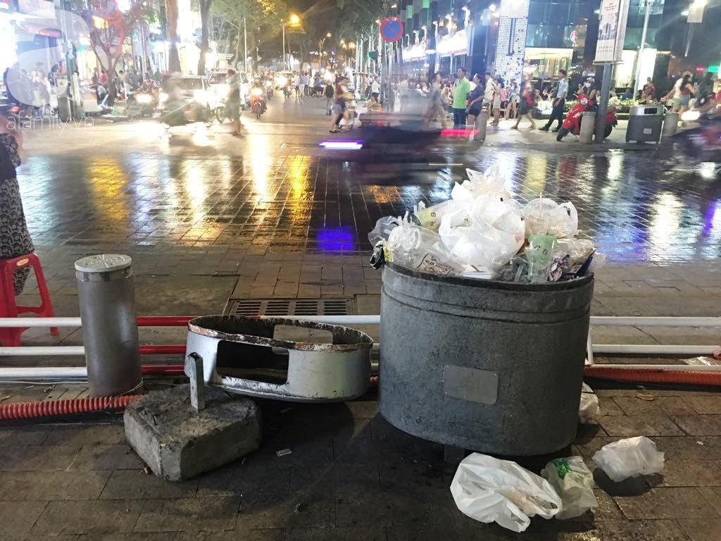 Phố đi bộ Nguyễn Huệ lại tràn ngập rác, thức ăn sau chiến thắng ấn tượng của đội tuyển Việt Nam - Ảnh 6.