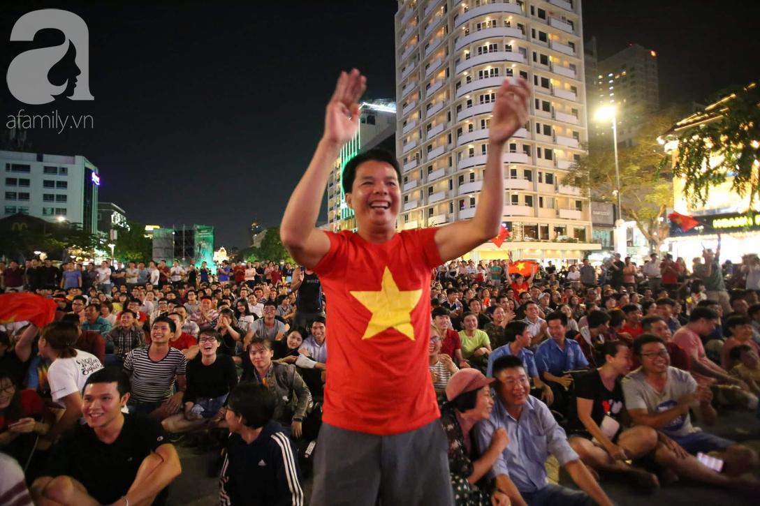 Phố đi bộ Nguyễn Huệ lại tràn ngập rác, thức ăn sau chiến thắng ấn tượng của đội tuyển Việt Nam - Ảnh 1.