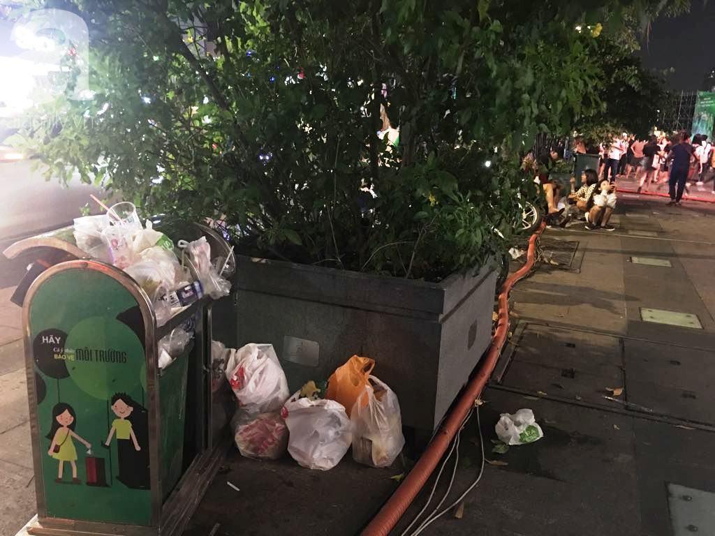 Phố đi bộ Nguyễn Huệ lại tràn ngập rác, thức ăn sau chiến thắng ấn tượng của đội tuyển Việt Nam - Ảnh 10.