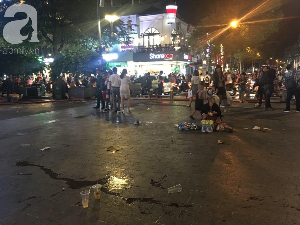 Phố đi bộ Nguyễn Huệ lại tràn ngập rác, thức ăn sau chiến thắng ấn tượng của đội tuyển Việt Nam - Ảnh 12.