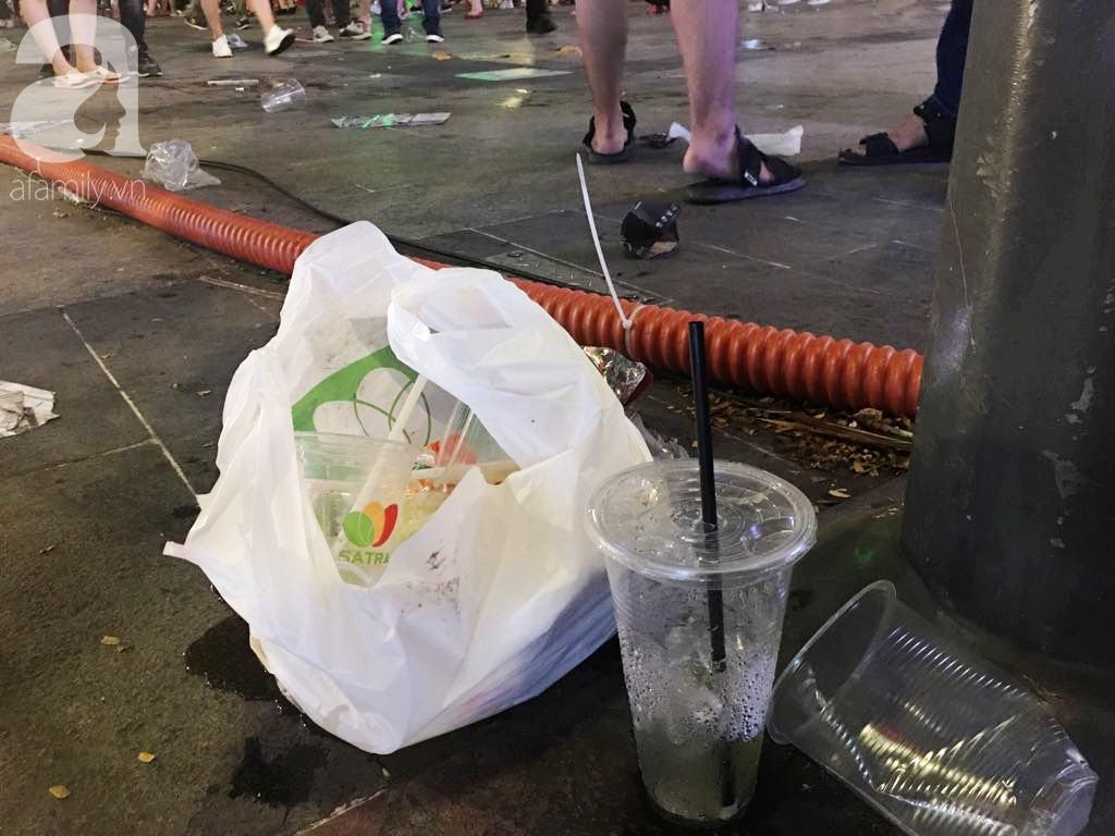 Phố đi bộ Nguyễn Huệ lại tràn ngập rác, thức ăn sau chiến thắng ấn tượng của đội tuyển Việt Nam - Ảnh 11.