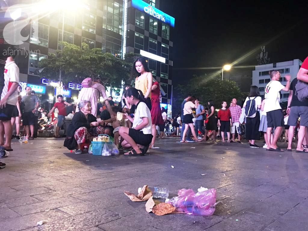 Phố đi bộ Nguyễn Huệ lại tràn ngập rác, thức ăn sau chiến thắng ấn tượng của đội tuyển Việt Nam - Ảnh 7.