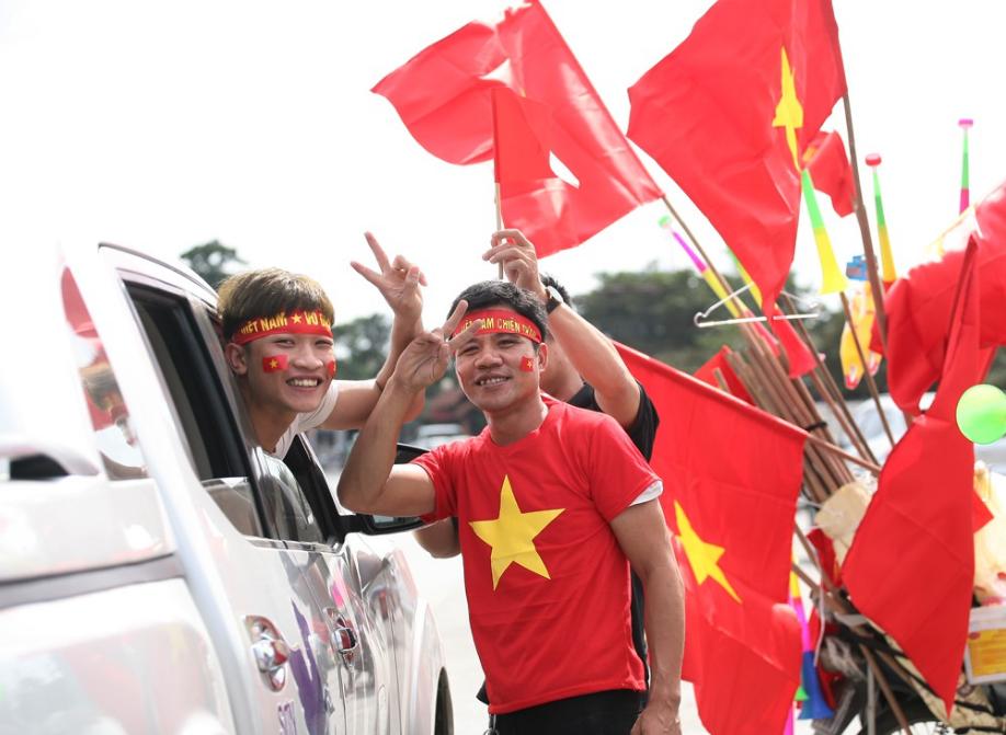 AFF CUP: Việt Nam 2 - 0 Malaysia, người hâm mộ vui sướng cuồng nhiệt - Ảnh 29.