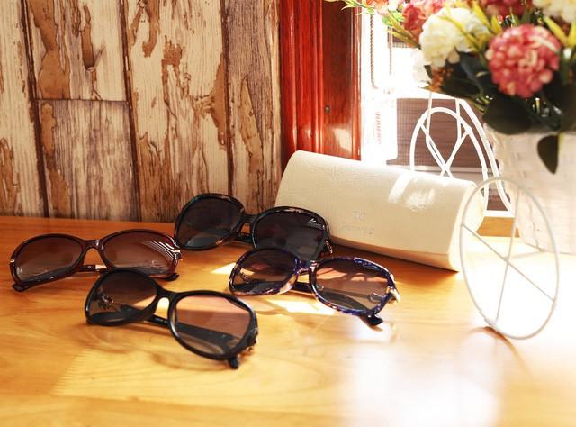 Black Friday, phái đẹp rủ nhau đi sắm đồng hồ, kính mắt thời trang giảm giá tới 40% - Ảnh 1.