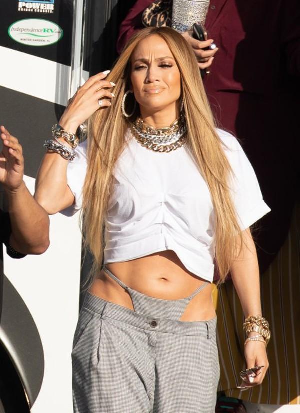 Ở tuổi 49, khi nhiều phụ nữ đã kín đáo khiêm nhường thì Jennifer Lopez vẫn thảnh thơi khoe quần lọt khe trên phố - Ảnh 3.