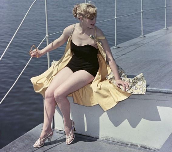 Bất ngờ về thời trang thanh lịch và gợi cảm của phụ nữ Liên Xô - Ảnh 1.