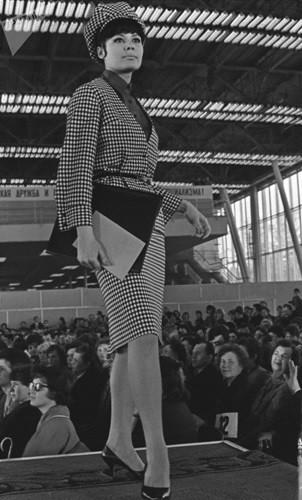 Bất ngờ về thời trang thanh lịch và gợi cảm của phụ nữ Liên Xô - Ảnh 7.