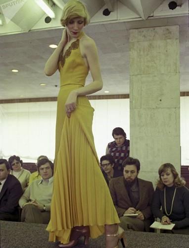 Bất ngờ về thời trang thanh lịch và gợi cảm của phụ nữ Liên Xô - Ảnh 9.
