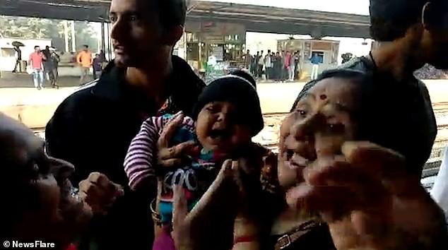 Mẹ trượt tay đánh rơi con xuống đường ray, em bé kỳ diệu thoát chết trong gang tấc khi chiếc xe lửa chạy ngang qua - Ảnh 3.
