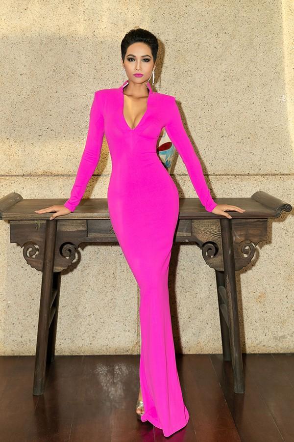 HHen Niê diện đầm hồng rực chuẩn bị thi Miss Universe 2018, fan lại nhớ về hình ảnh ngọt ngào của Phạm Hương ngày ấy - Ảnh 2.
