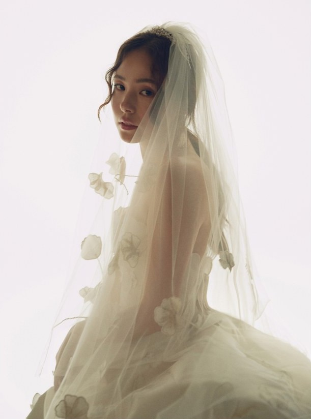 11 chiếc váy cưới đình đám nhất năm 2018: chiếc khoét lưng để khoe sẹo của cô dâu, chiếc đơn giản mà sang trọng tột cùng - Ảnh 6.