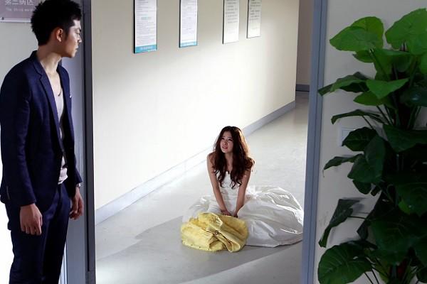 Chồng không ngờ chiếc áo ngủ gợi cảm bỗng bị rách tung tóe của vợ lại chứa đựng một bí mật cay đắng - Ảnh 1.