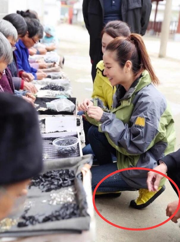 Làm từ thiện, Triệu Vy bị soi đi giày hiệu đắt gấp 10 lần giày của Lâm Tâm Như - Ảnh 8.