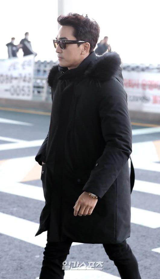 Sau Kim Tae Hee, U50 Song Seung Hun đẹp trai miễn chê khi xuất hiện tại sân bay Hàn Quốc để tới Đà Nẵng  - Ảnh 4.