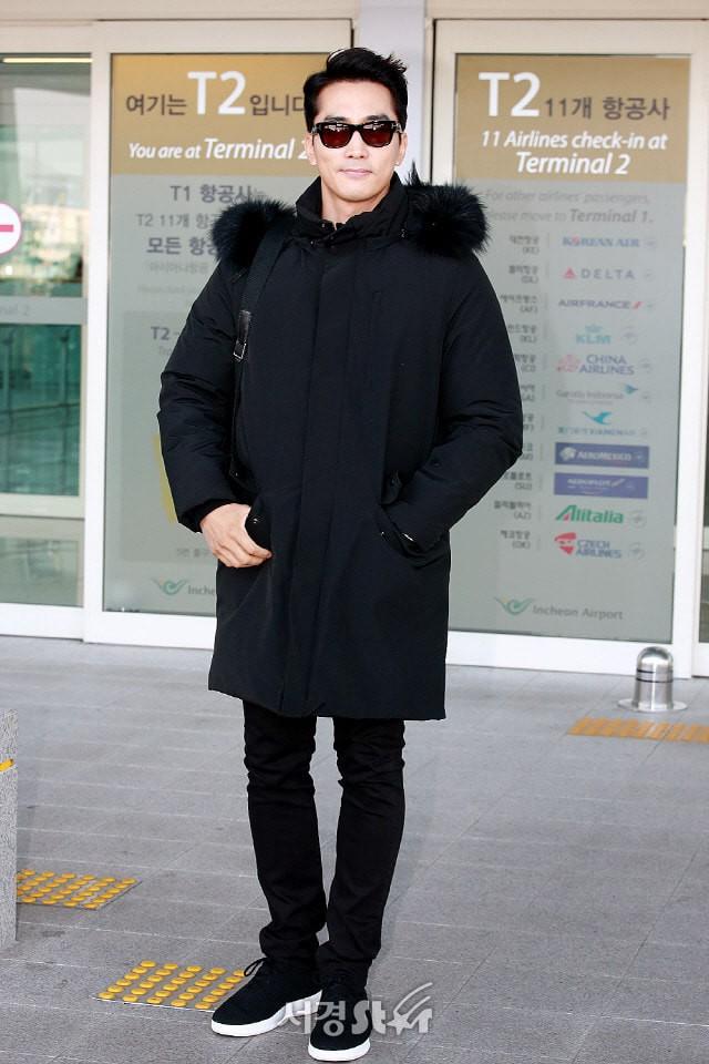 Sau Kim Tae Hee, U50 Song Seung Hun đẹp trai miễn chê khi xuất hiện tại sân bay Hàn Quốc để tới Đà Nẵng  - Ảnh 5.