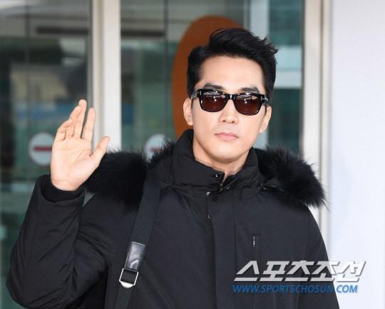 Sau Kim Tae Hee, U50 Song Seung Hun đẹp trai miễn chê khi xuất hiện tại sân bay Hàn Quốc để tới Đà Nẵng  - Ảnh 6.