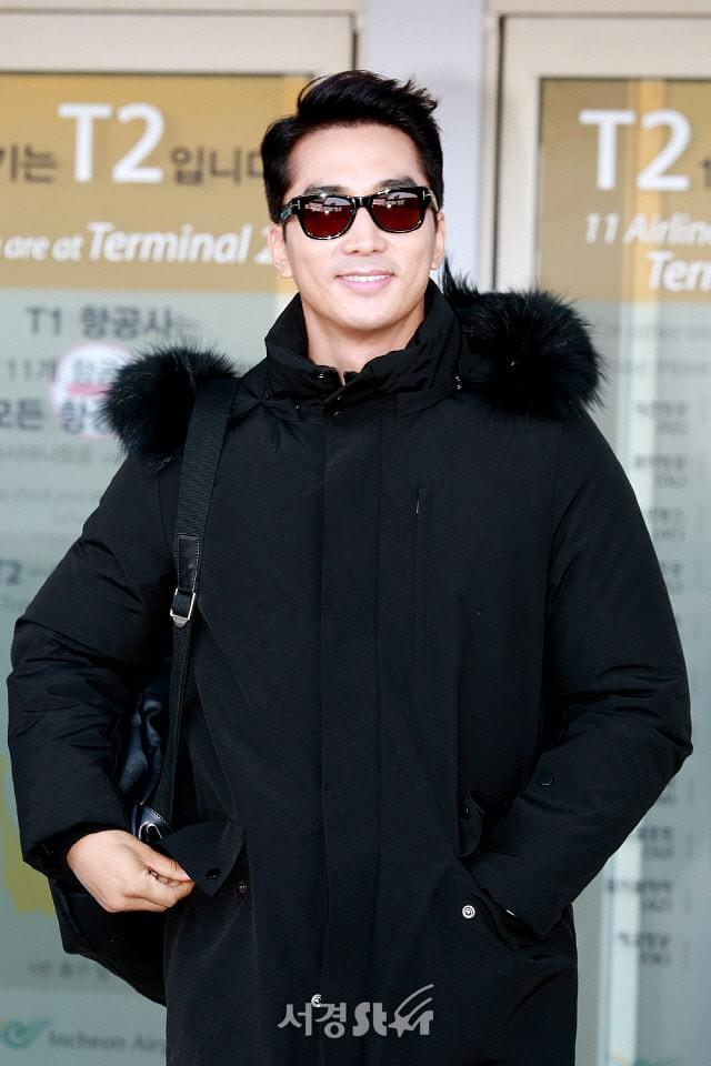 Sau Kim Tae Hee, U50 Song Seung Hun đẹp trai miễn chê khi xuất hiện tại sân bay Hàn Quốc để tới Đà Nẵng  - Ảnh 7.