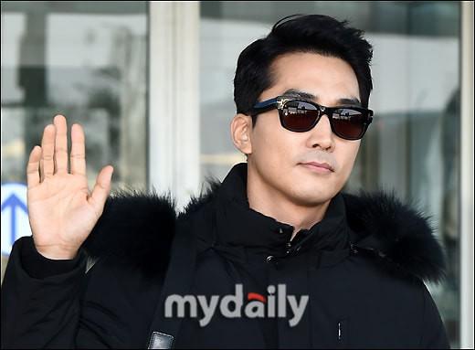 Sau Kim Tae Hee, U50 Song Seung Hun đẹp trai miễn chê khi xuất hiện tại sân bay Hàn Quốc để tới Đà Nẵng  - Ảnh 1.
