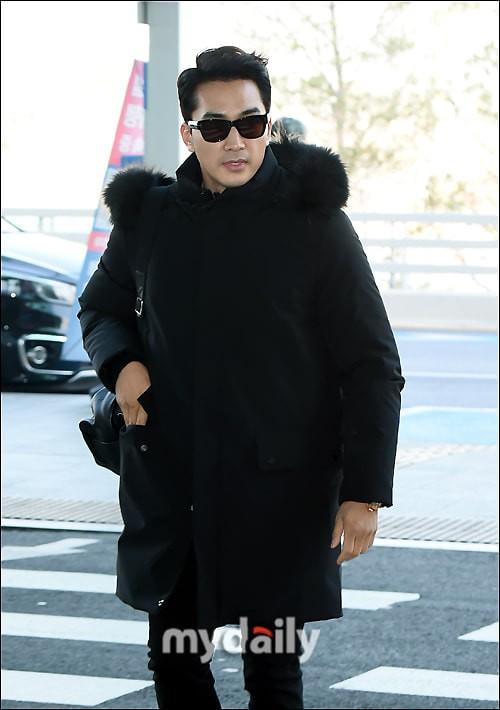 Sau Kim Tae Hee, U50 Song Seung Hun đẹp trai miễn chê khi xuất hiện tại sân bay Hàn Quốc để tới Đà Nẵng  - Ảnh 2.