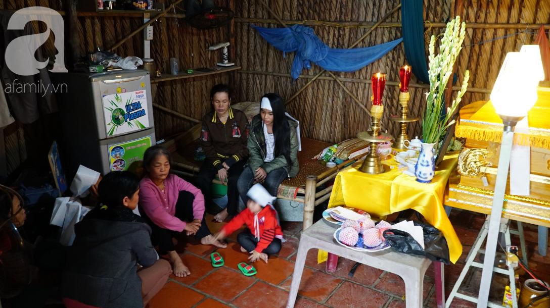 TP.HCM: Bố chết đuối khi cứu vườn rau trong bão, 3 đứa trẻ ngây ngô hỏi: Sao bố ngủ lâu quá không dậy hả mẹ? - Ảnh 2.