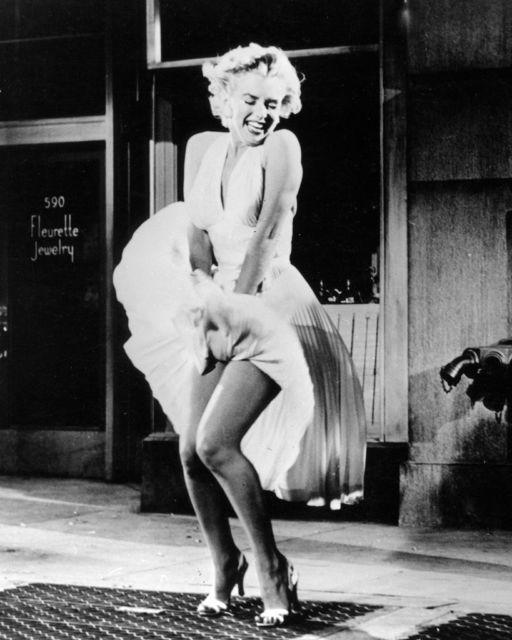 Tung tăng nhảy múa trên phố, Anne Hathaway lộ hàng vì bị gió thổi tốc váy - Ảnh 2.
