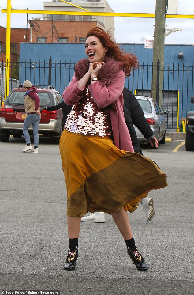 Tung tăng nhảy múa trên phố, Anne Hathaway lộ hàng vì bị gió thổi tốc váy - Ảnh 4.