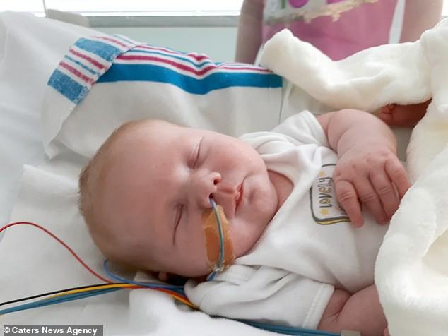 Siêu âm thai phát hiện bất thường, con chào đời mẹ sốc hơn khi thấy hai chân con xoay ngược từ trước ra sau - Ảnh 4.