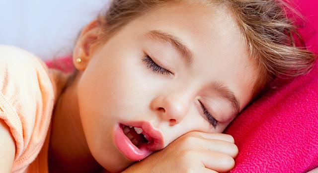 Những thói quen tưởng vô hại nhưng nếu không điều chỉnh sớm sẽ khiến răng trẻ xô lệch, khấp khểnh - Ảnh 4.