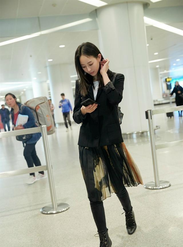 """""""Chất phát ngất"""" như Trương Quân Ninh: Diện chân váy xuyên thấu ngoài quần skinny đen và còn đẹp ăn đứt người mẫu - Ảnh 2."""