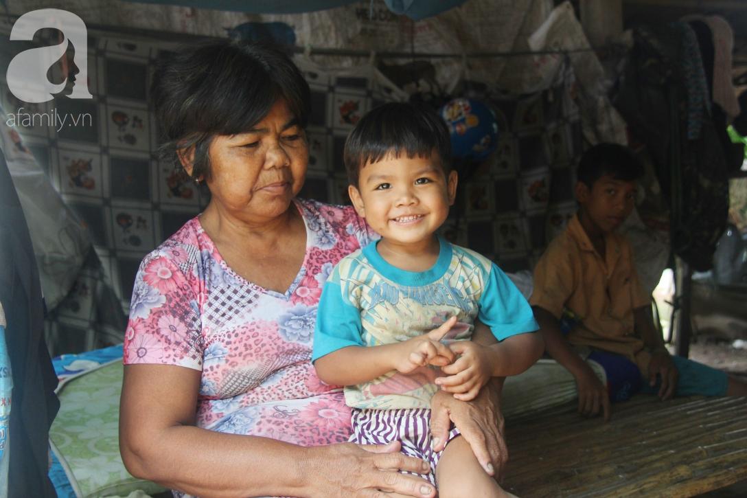 Bà đi lượm ve chai nuôi 11 đứa cháu cả nội cả ngoại bị bố mẹ bỏ rơi, đau ốm mà không có tiền chữa - Ảnh 17.