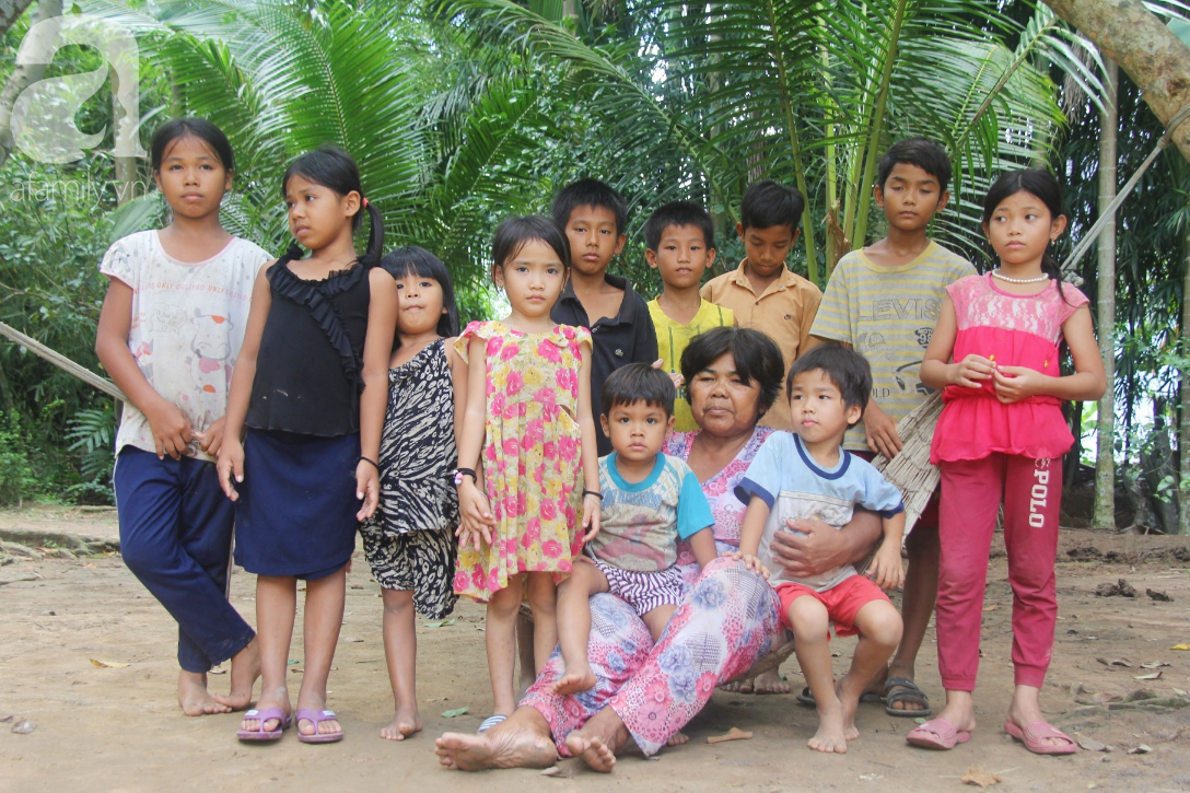 Bà đi lượm ve chai nuôi 11 đứa cháu cả nội cả ngoại bị bố mẹ bỏ rơi, đau ốm mà không có tiền chữa - Ảnh 1.