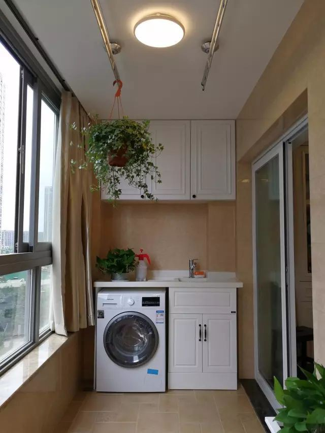 Tận dụng ban công làm nơi vừa thư giãn vừa để máy giặt, giải pháp siêu hay cho những người ở nhà chung cư - Ảnh 3.
