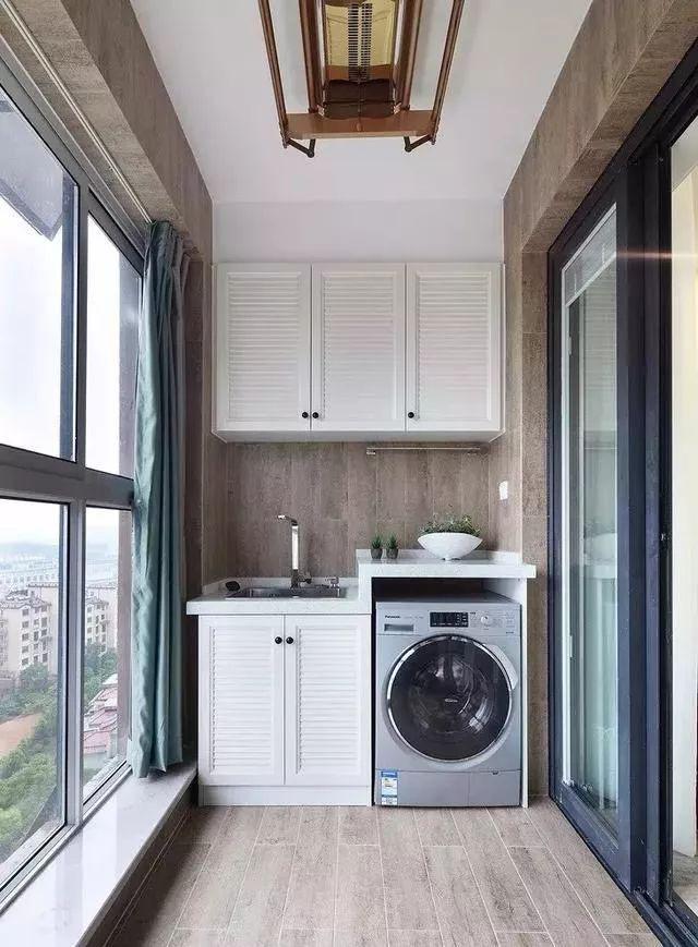 Tận dụng ban công làm nơi vừa thư giãn vừa để máy giặt, giải pháp siêu hay cho những người ở nhà chung cư - Ảnh 2.