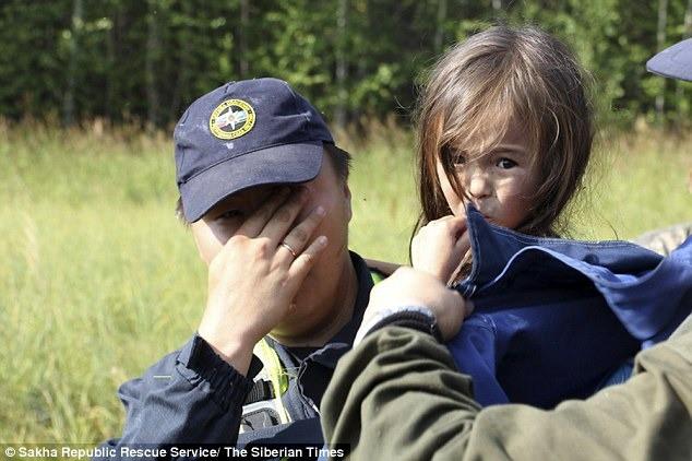 Âm thầm đi theo bố vào rừng rồi bị lạc, bé gái 4 tuổi sống sót trở về sau 12 ngày nhờ chú chó trung thành sưởi ấm mỗi đêm - Ảnh 8.