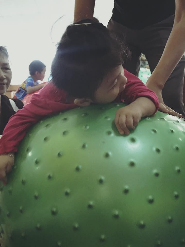 Hình ảnh mới nhất của em bé Lào Cai sau 2 năm về với mẹ nuôi: Cao lớn bụ bẫm, nói cười nhiều hơn 6