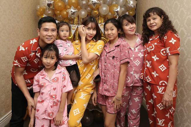 Trang phục tiệc tùng của sao Việt bây giờ là diện đồ ngủ đáng yêu hết nấc thế này! - Ảnh 1.