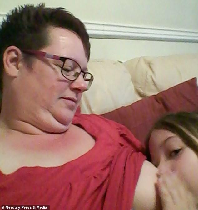 Bà mẹ cho con bú sữa mẹ đến tận năm 9 tuổi, người khuyến khích, kẻ cáo buộc đó là hành vi ấu dâm - Ảnh 3.