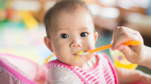Cho con ăn thứ này khi mới 2 tháng tuổi, cha mẹ bị dân mạng ném đá dữ dội  - Ảnh 4.