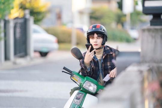Từ ngôi vua, Yoo Seung Ho gây sốc khi tụt dốc xuống làm... nhân viên giao hàng - Ảnh 5.