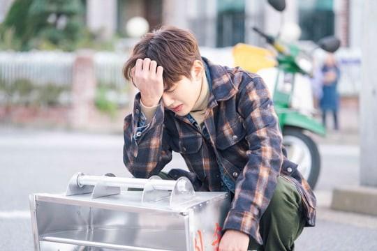 Từ ngôi vua, Yoo Seung Ho gây sốc khi tụt dốc xuống làm... nhân viên giao hàng - Ảnh 4.