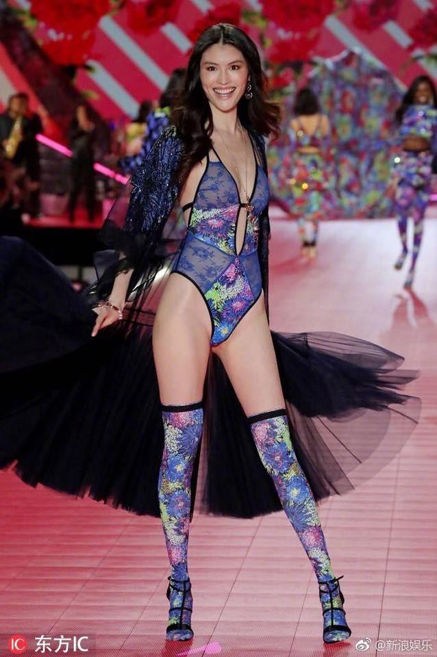 Nhan sắc và thần thái nổi bật của 4 chân dài Trung Quốc trên sàn catwalk Victorias Secret 2018 - Ảnh 5.