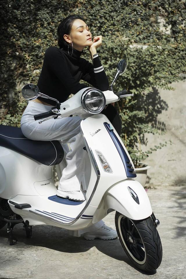 Gợi ý mix đồ thanh lịch, trẻ trung cho các nàng thích vi vu trên xe máy - Ảnh 2.