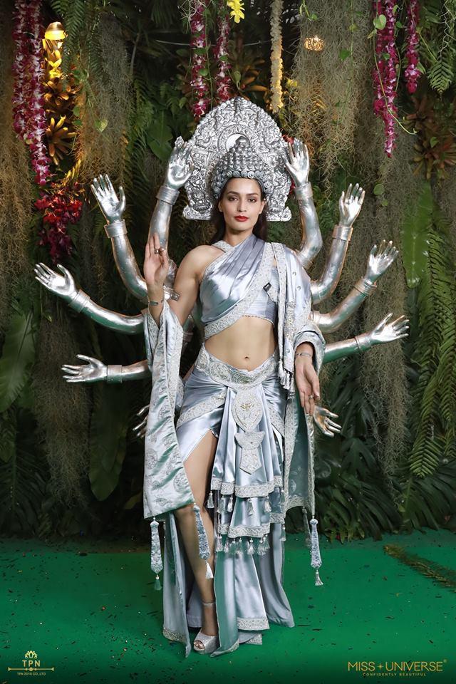 Ngoài Bánh mì của HHen Niê, đây là những bộ trang phục dân tộc chặt chém nhất sân khấu Miss Universe 2018 - Ảnh 8.