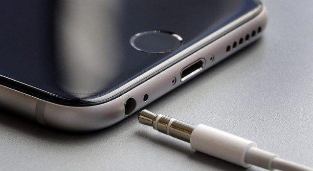 Tử vong vì say sưa đeo tai nghe và dùng điện thoại đang cắm sạc, cảnh báo thói quen xấu của rất nhiều người - Ảnh 2.